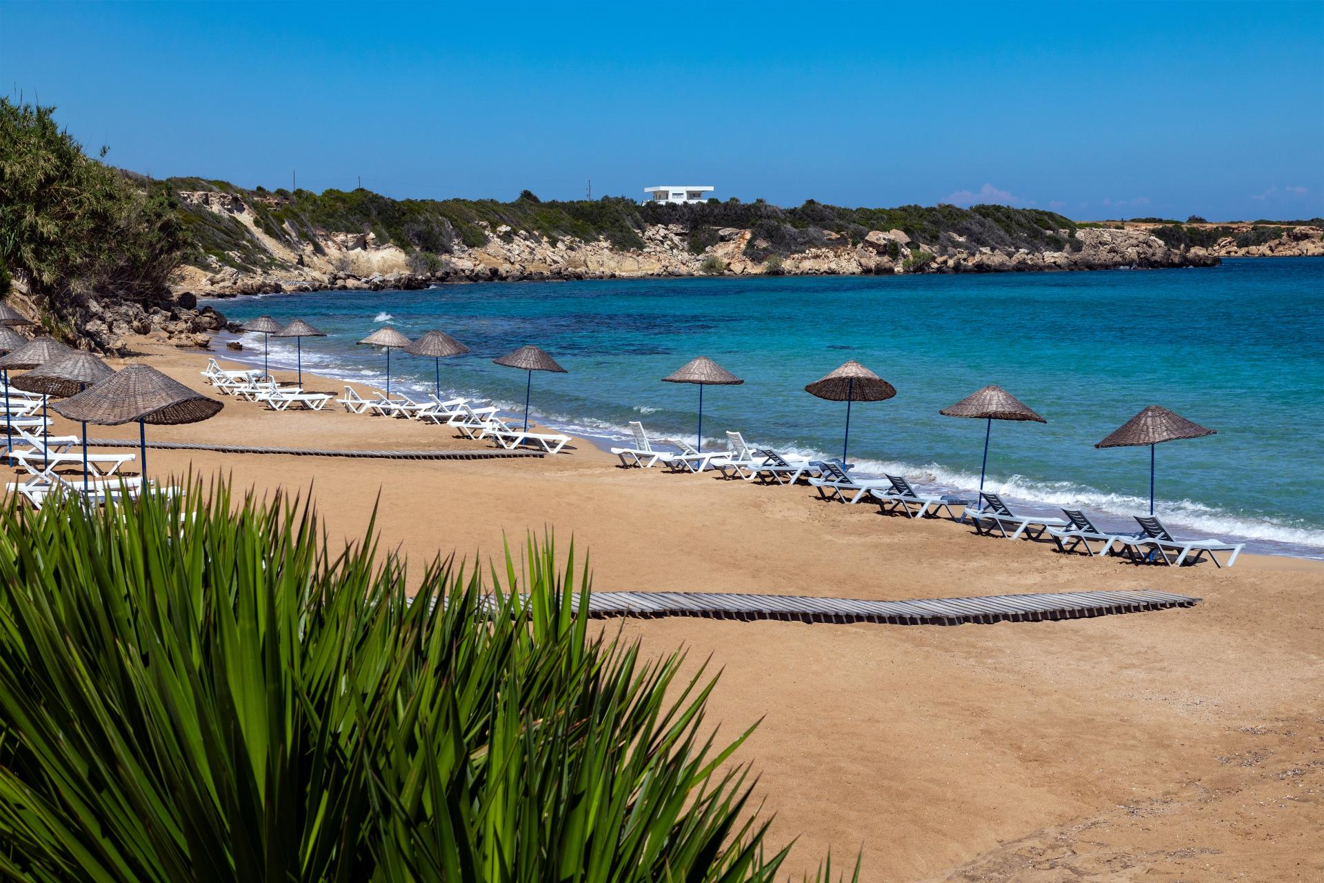 Słoneczna i piaszczysta plaża w Turcji